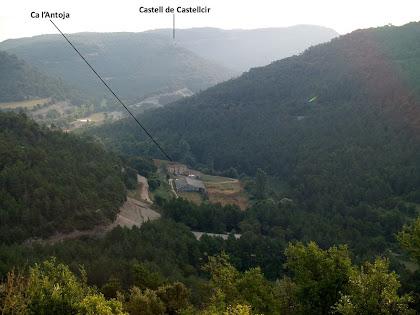 Panoràmica de la vall de la riera de Castellcir amb Ca l'Antoja a primer terme, des de la masia del Puig
