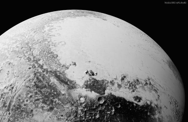 Diêm Vương Tinh từ bên trên Cthulhu Regio. Tác giả : NASA, Johns Hopkins Univ./APL, Southwest Research Inst.