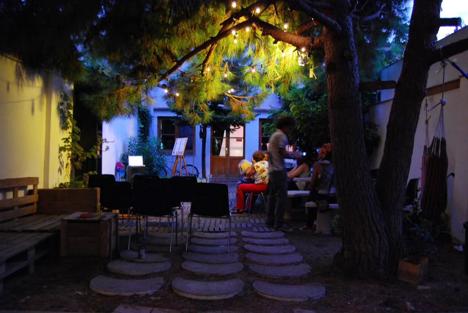 Jardín by night