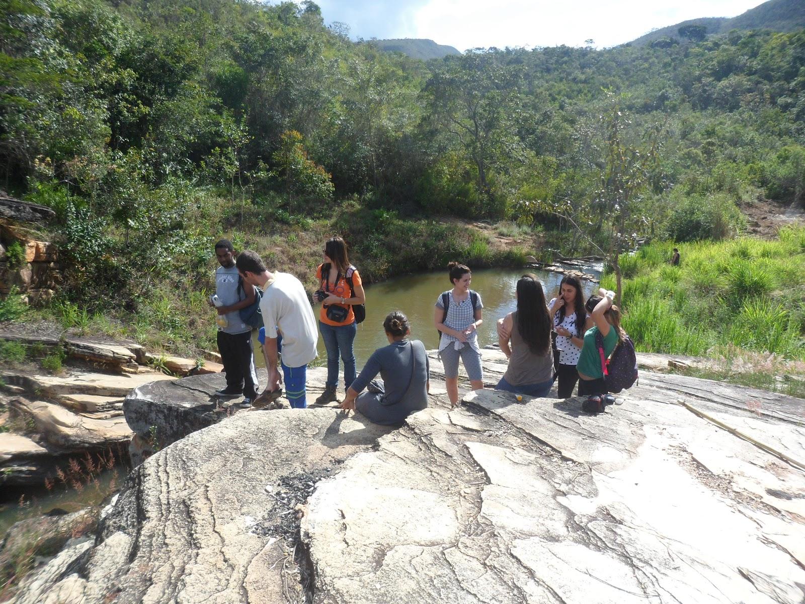 Universitários de Turismo da UFMG visitam sítio histórico de Alto dos Bois em Angelândia MG