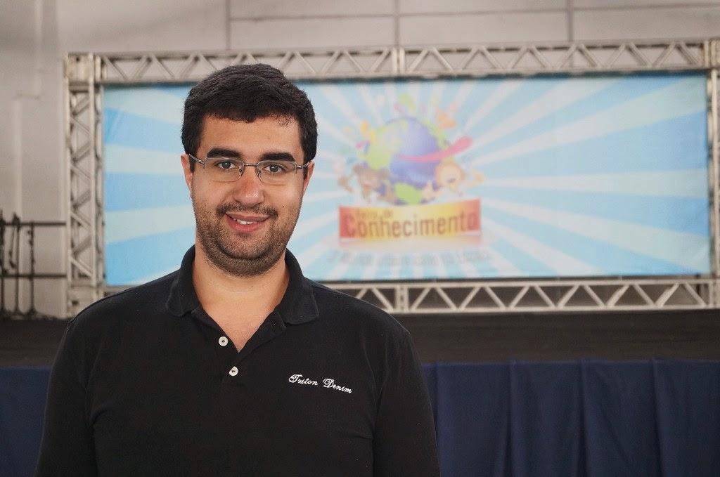 O Secretário de Educação, professor Leonardo Vasconcellos comemora o sucesso da Feira