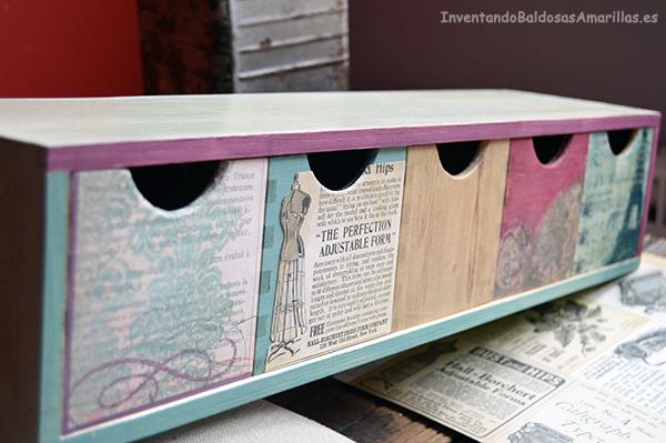 Personalizando una minicajonera con papel manualidades for Papel para decorar muebles