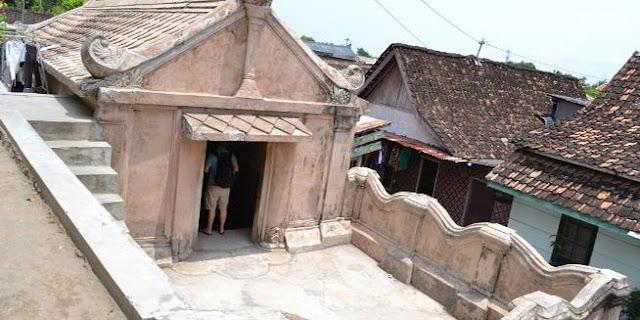 Pintu masuk ke dalam Masjid bawah tanah yang berada di area Taman Sari, Yogyakarta.