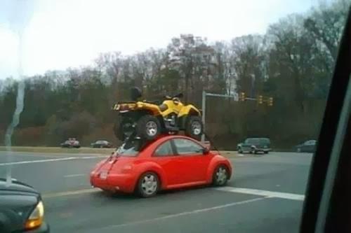 Imagine haioasa cu un atv pe masina