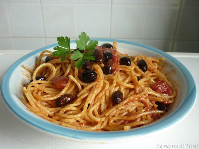 spaghetti al sugo di pomodoro e peperoncino con olive nere