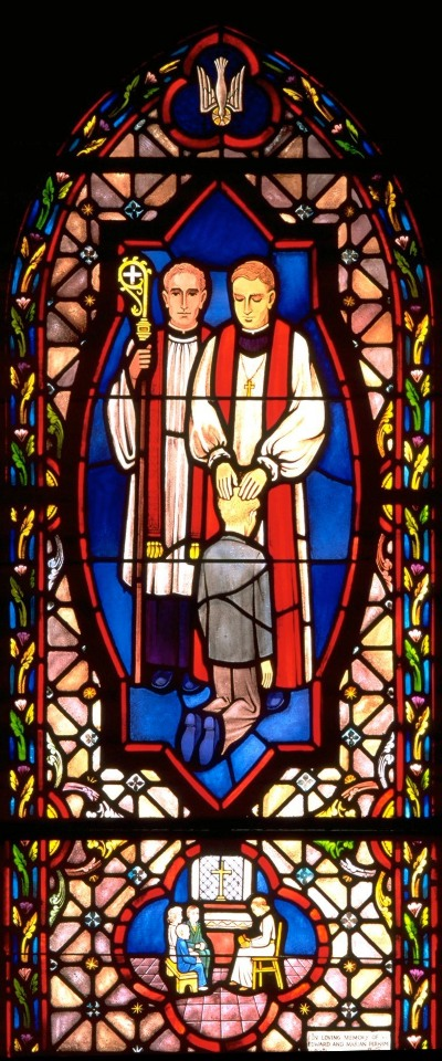 Blyindfattet rude med glasmaleri af knælende dreng, der bliver konfirmeret i kirken