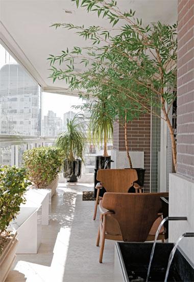 ideias jardim varanda:Essa varanda (de apartamento, viu) é o máximo! Colorida, pra cima
