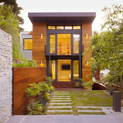 fachada de casa de madera con jerarqua al ingreso