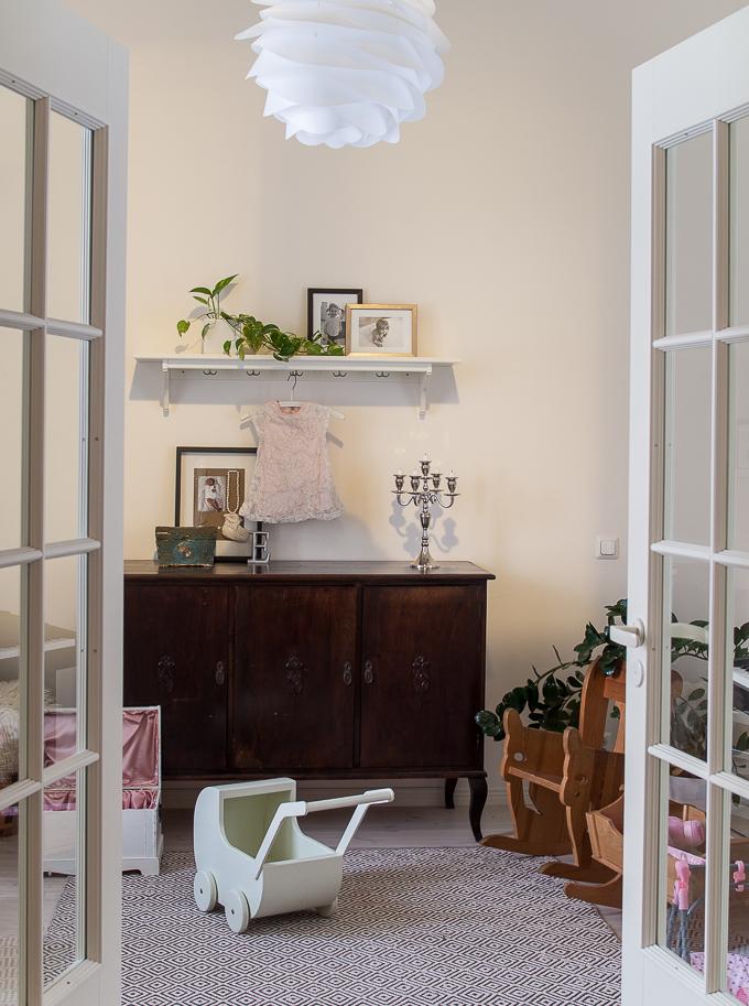 vanha senkki, Tikkurila F470 Lumikki, mekko sisustuksessa, pienen tytön huone yksityiskohdat, lastenhuone sisustus, pariovet lastenhuoneessa, pariovet sisustuskuva, vita carmina