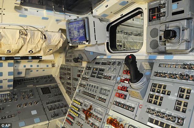 2 gambar kokpit kapal angkasa Shuttle Atlantis