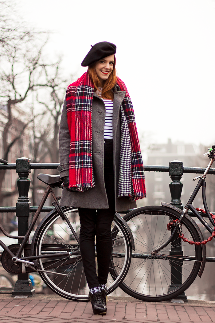 Retro stijl blogger outfit photoshoot in de mist in Amsterdam