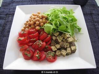 Pasto leggero estivo con pomodori e tofu insaporito con le aromatiche