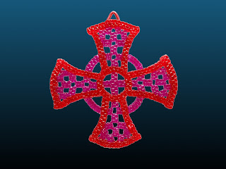 croix mérovingienne réalisée en scoubidou