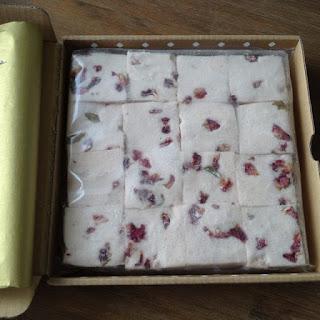Doosje mallows raspberry roses