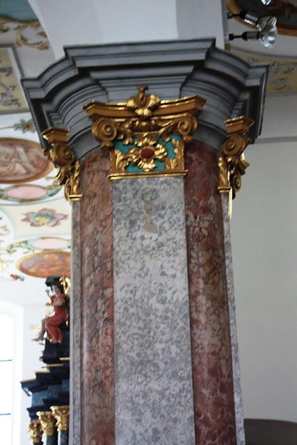 Marmorierte Säulen aus Gips