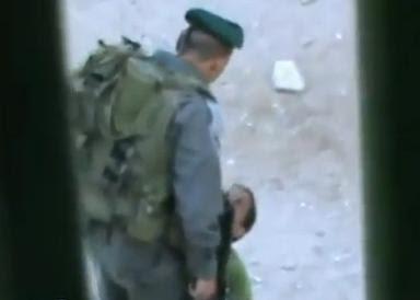 soldados que le pegan a un niño