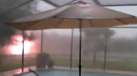 Wanita Ini Merekam Sambaran Petir Saat Hujan Lebat Turun di Florida