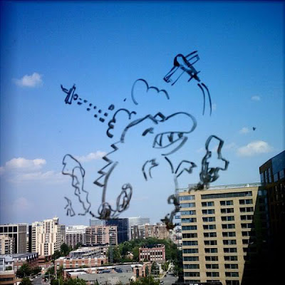 Lukisan Kreatif Seorang Karyawan Dikaca Jendela
