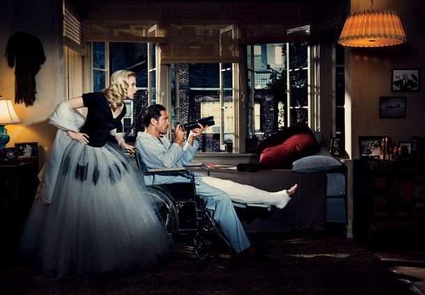 Scarlett Johansson y Javier Barden emulando La ventana indiscreta para Vanity Fair
