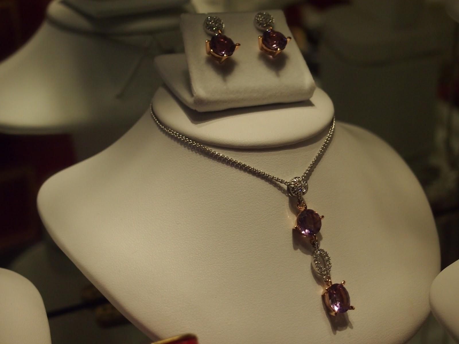 Kirkkaita timantteja yhdistettynä värillisiin. d1d5cf6776