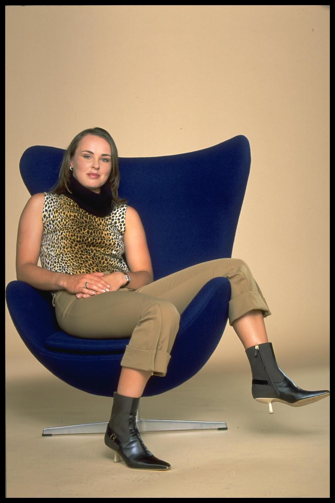 http://1.bp.blogspot.com/-dwfqnOdqYP0/UB4Qs3_65pI/AAAAAAAAD-I/yxGK_Fyr6XU/s1600/Hingis+sitting+with+ankle+boots1.jpg
