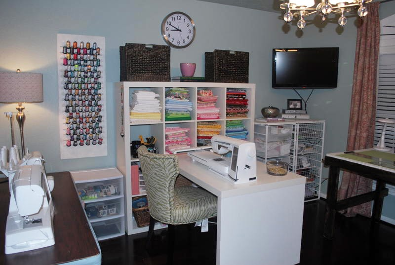 Sew beautiful blog laurie 39 s surprise sewing room - Small space sewing area style ...