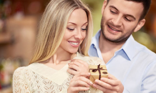 12 Romantic Gift Ideas for Girlfriend,man gave woman present gift