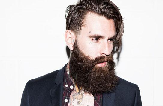 Hipster con larga barba.