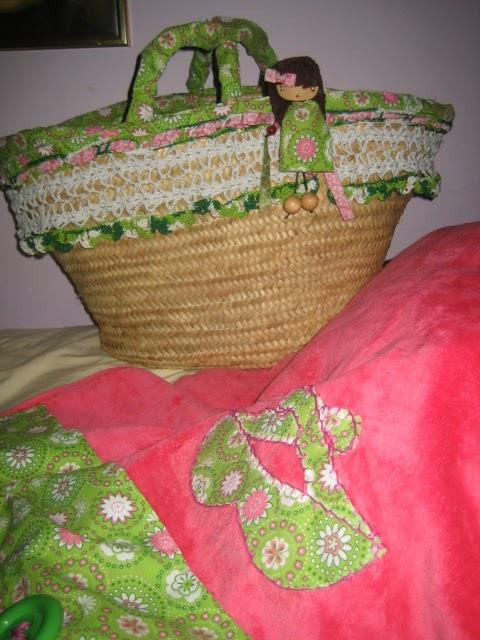 La cesta de mimbre esta vestida con la misma tela que se empleo para