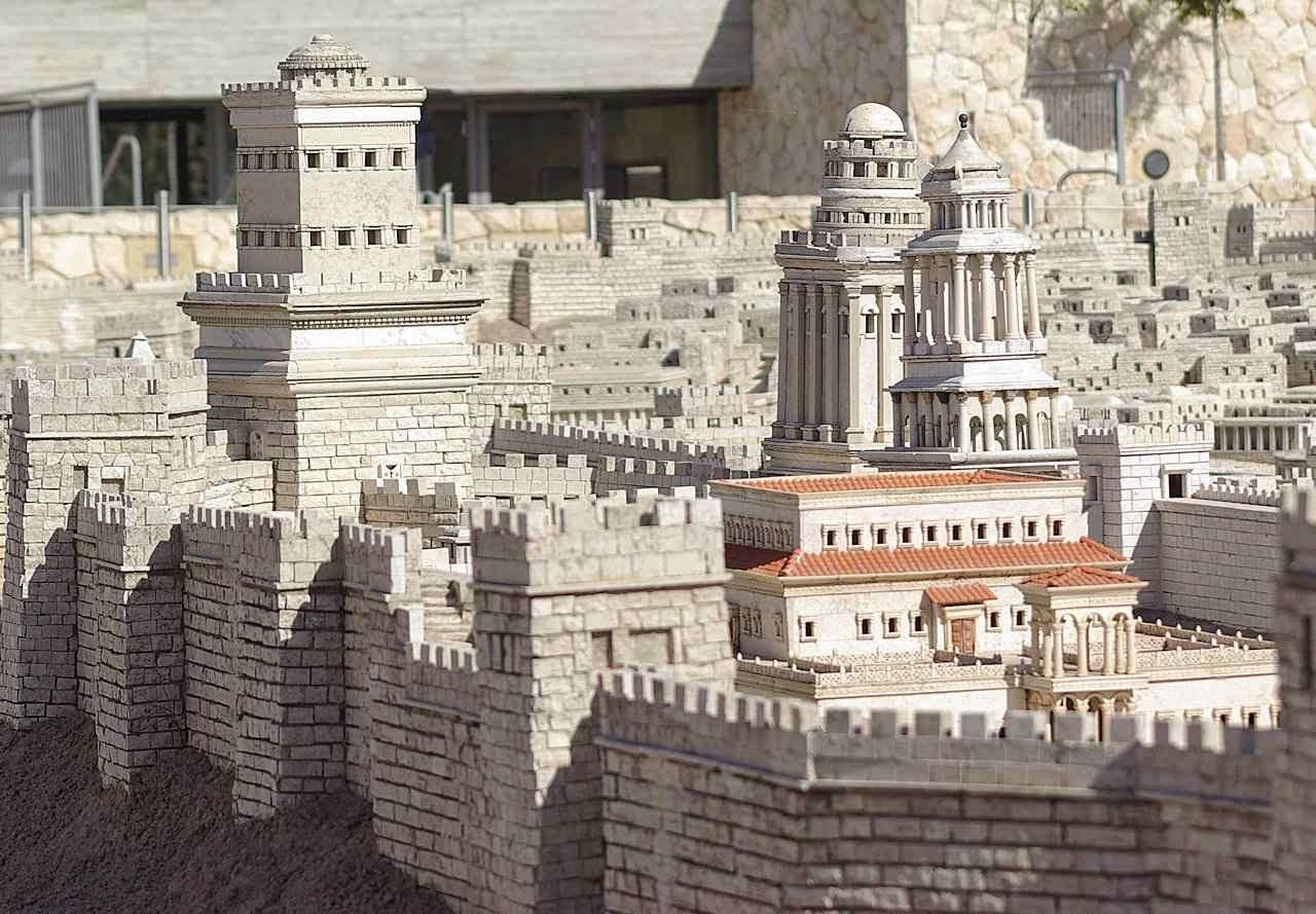 Modelo do Palácio de Herodes mostra a Primeira Muralha e,  da esquerda para a direita, suas três torres Fasael, Hípico e Mariane