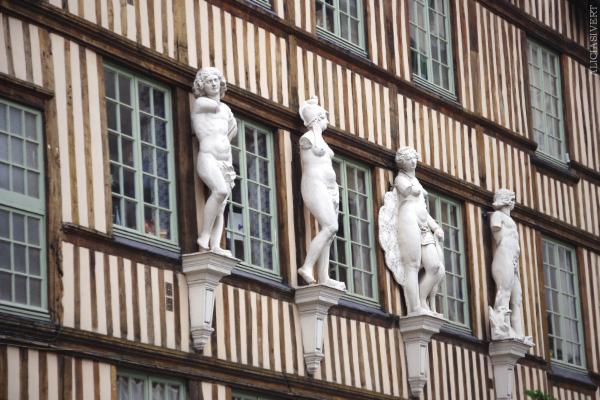 aliciasivert, alicia sivertsson, rouen, france, frankrike, half-timbered house, statue, statues, statyer, staty, korsvirkeshus, fasad, husfasad