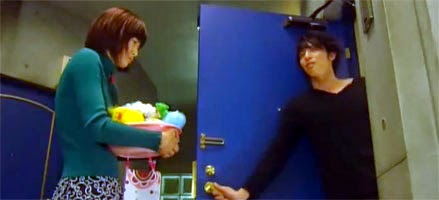 Nodame holding her bath bucket at Chiaki's door