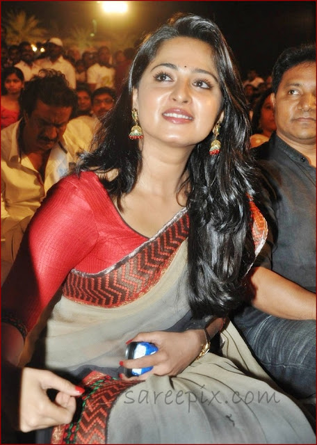 Anushka_shetty_looking_in_green_saree_at_Mirchi_movie_audio_launch
