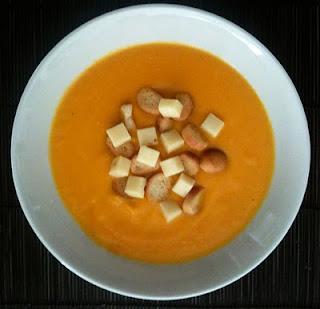 Receta sana y sabrosa de Crema de zanahoria con queso emmental y picatostes