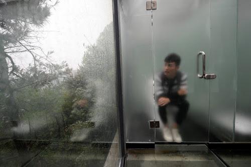 Privacidade pra quê China inaugura banheiro público de vidro