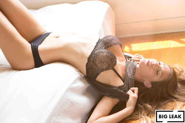 Ana Lucía Blaksley desnudando