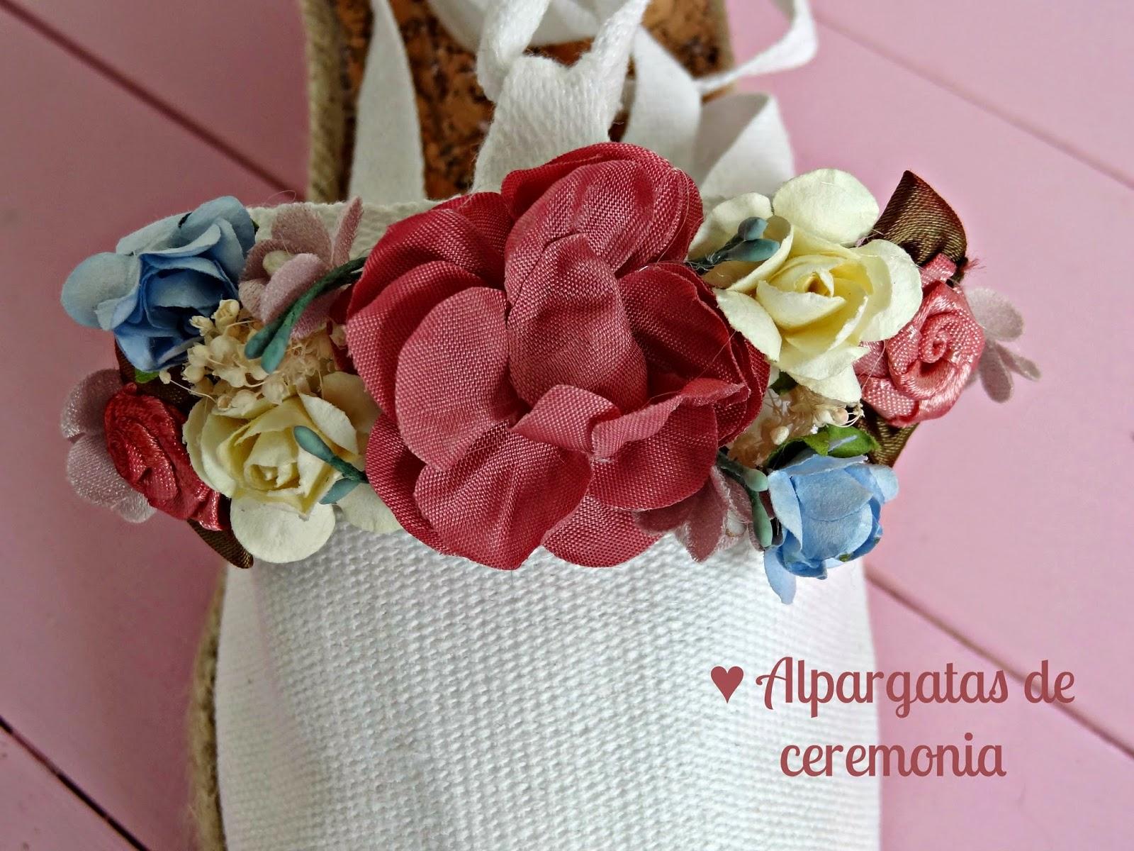 Partiendo de los tonos del vestido, elegimos unas florcitas y a partir de  ahí ella se encargó de preparar unos apliques divinos que pegamos a las  alpargatas