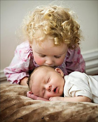 Kids love babies kissing photo to download freely
