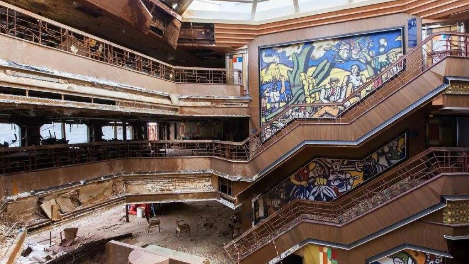Deserted places inside costa concordia cruise ship - Construccion del titanic ...