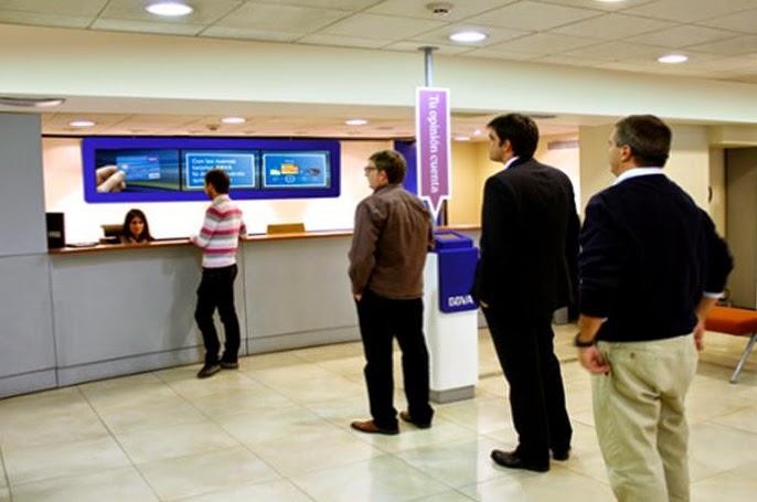 Oficina bancaria de BBVA con red de digital signage