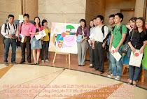PV Le Binh chup anh cung cac nha bao Thanh Nien, Tuoi Tre, Phap Luat trong chuong trinh trien lam