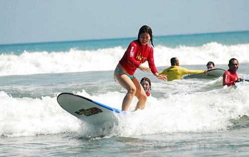 Berselancar di Pantai Kuta Bali