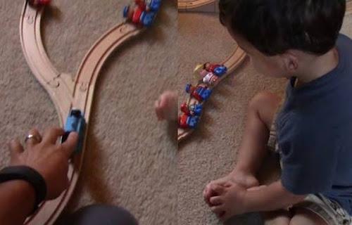 Criança prodígio de 2 anos resolve de maneira engraçada problema do bonde/vagão