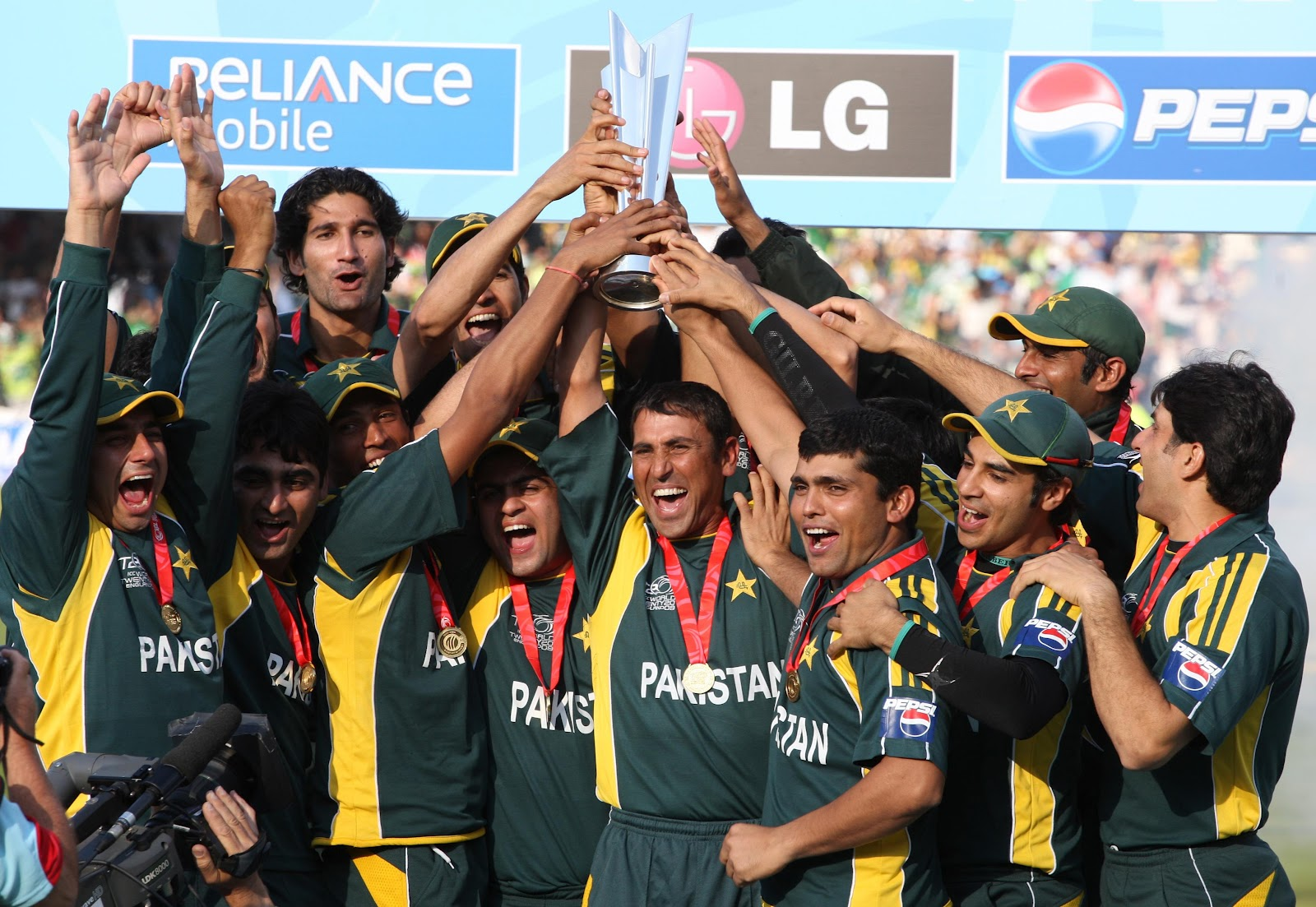 http://1.bp.blogspot.com/-e14icfa5N0A/UFY7C6w-mcI/AAAAAAAABm0/dY-i9B3OmX8/s1600/pakistan-cricket-team-wallpapers+%284%29.jpg