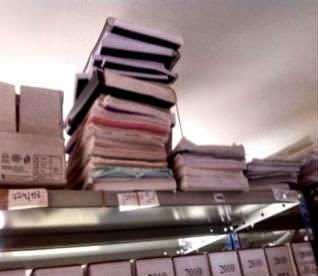 Los calabozos de los juzgados están llenos de bolsas(arriba); y sobre estas líneas, ficheros en uno de los juzgados. // Iñaki Abella