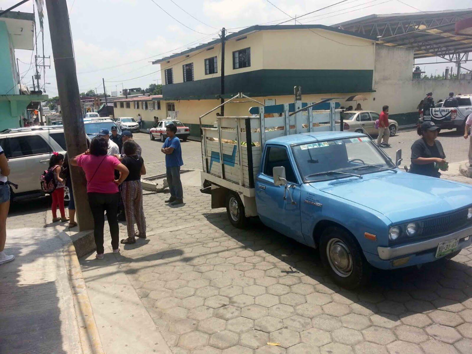 Asimismo la unidad contra la que se termin impactando la camioneta escape se trat de una camioneta marca datsun de color azul con redila blanca