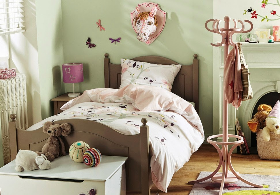 stylish vintage child's room decor, vintage furniture and accessories, vintage style