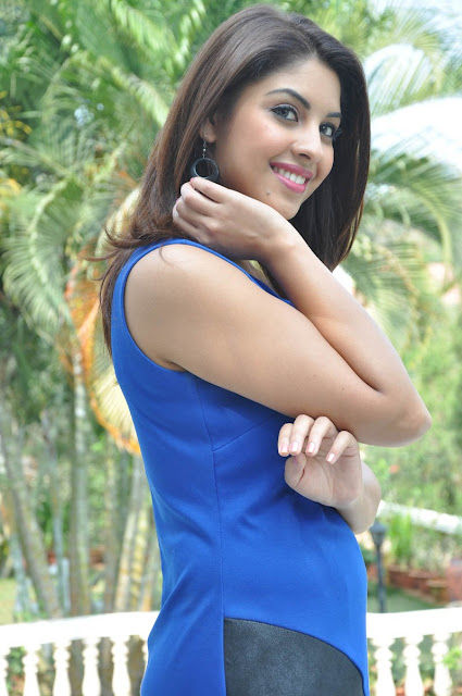 Richa Gangopadhyay in t shirt