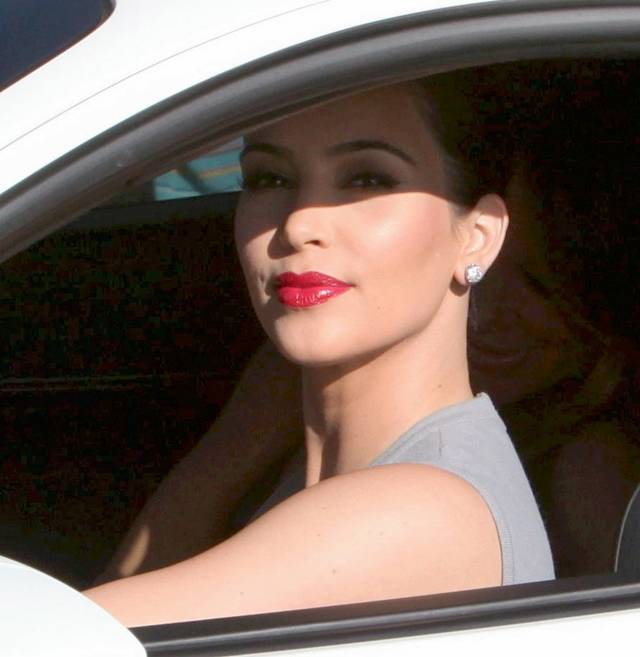 http://1.bp.blogspot.com/-e2Q1N9WPxoE/To23-8VQnTI/AAAAAAAAjfc/IhOkoifQBqY/s1600/Kim+Kardashian+in+Berverly+Hills+-+012.jpg