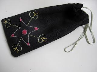 Den här lilla påsen är broderad efter en teckning av 5 1 2-åringen. Sydd  med dragsko av några såna där klädhängarband som alltid hänger i axlarna på  blusar ... c854fb79d450b